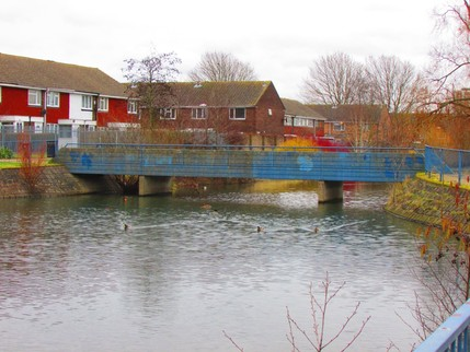 picture of bridge over lake